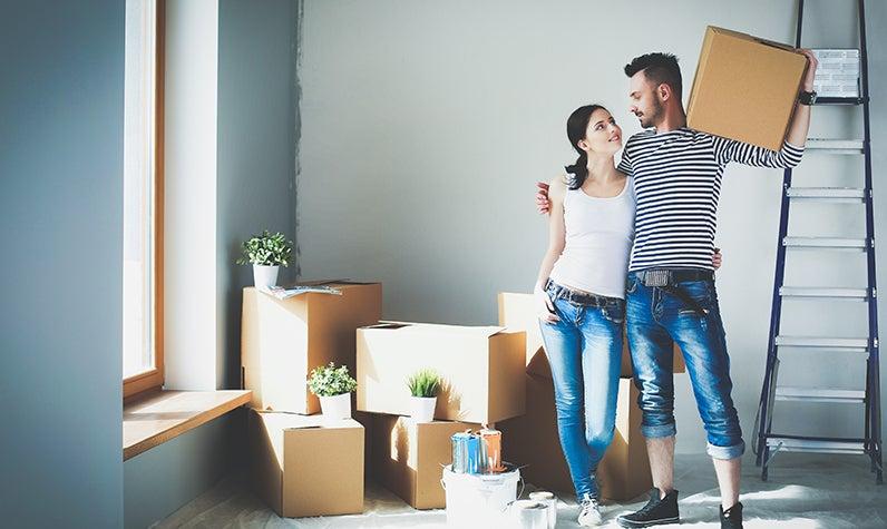 Una pareja se muda a una casa juntos
